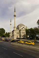 Mosque and Taxis (William Veder) Tags: istanbul 2010 kulturhauptstadt avrupakltrbakenti axisofgood