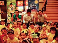 台灣環境資訊協會秘書長陳瑞賓,環保大使林宇中及元祖食品代表張劭緯,與數十名以中秋節應景環保小物打扮自己的小朋友,快樂合影。