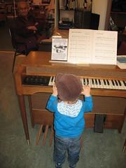 Tuomas soittaa Sointulan museossa (Riikka's photos) Tags: canada bc vancouverisland kanada sointula malcolmisland malkosaari