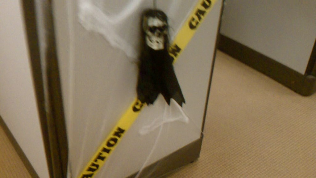 Video: Halloween office cubicle makeover