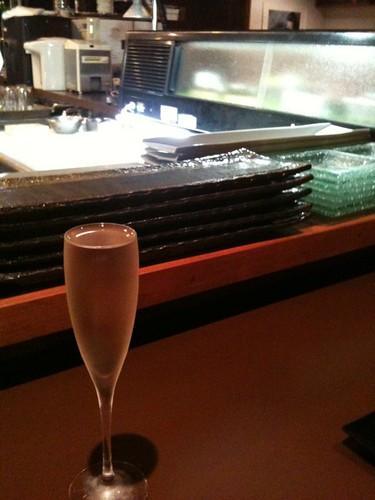 ポジアンでフードアナリストの試食会なう。カウンターでまずは日本酒。