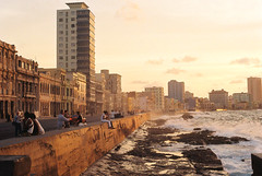 Malecn de La Habana (lukas.jonathan) Tags: city skyline atardecer evening mar waves dusk cuba habana olas havanna kuba malecn wellen lukasjonathan