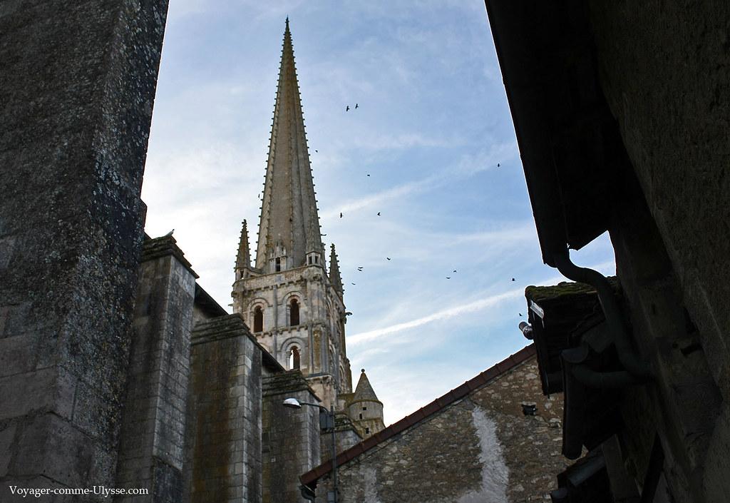 Les oiseaux aiment le clocher, entièrement en pierre