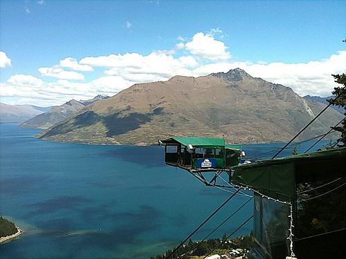 ワカティプ湖を一望するバンジージャンプの飛び込み台