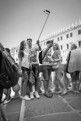 selfies on ponte di rialto (dasu_) Tags: italien orte personen street venedig venice selfiestick selfie monochrome blackwhite nikon nikond90 bridges rialto rialtobridge pontedirialto