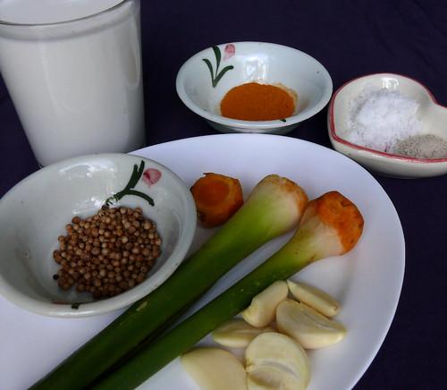 שום, כורכום טרי, זרעי כוסברה, מלח, פלפל לבן, אבקת כורכום, חלב קוקוס