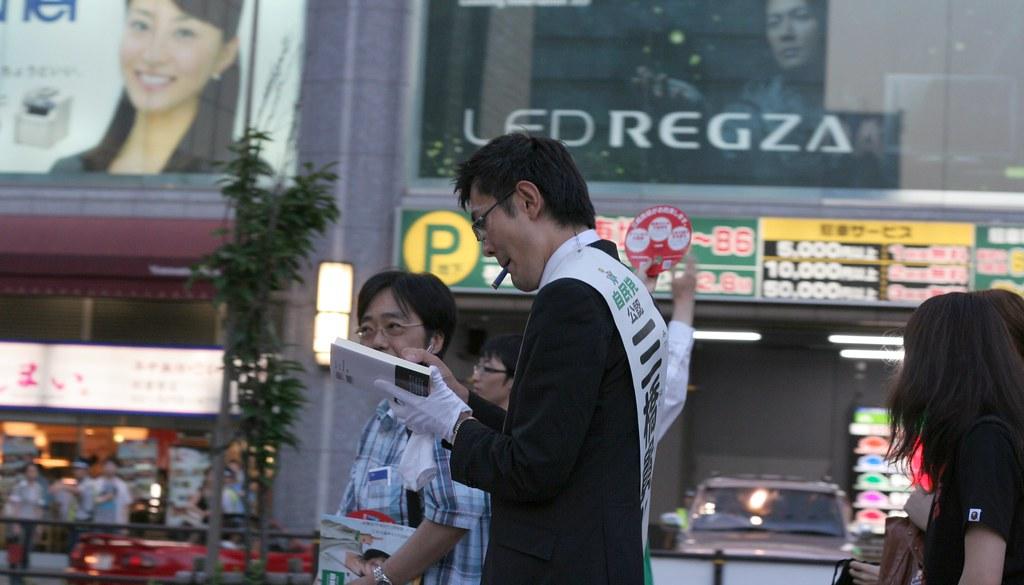 Takaaki Mitsuhashi wrote starname on his book.