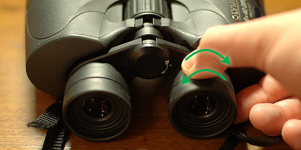 視度調節リングをまわす