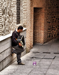 Pedinte - Granada - Spain. (Carlos Vieira.) Tags: spain espanha granada porta janela homem pedinte sanfona