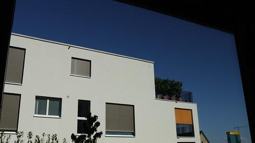 Weisse Fassade, blauer Himmel