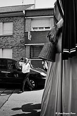 1235 - Le photographe des géants, Bourbourg, 2010 (ikaune) Tags: street blackandwhite bw noiretblanc streetphotography nb streetphoto fête rue géant numérique florentine photographe binbin photoderue gedeon arthurine ikaune