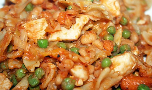 18 - Erbsen Nudel Hähnchenpfanne mit Baked Beans - CloseUp