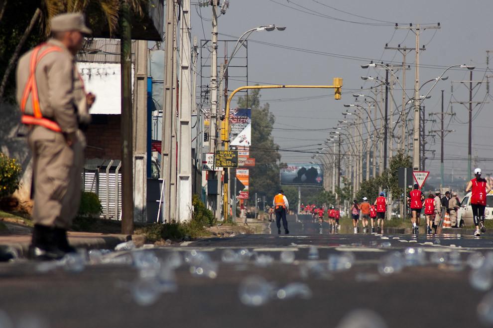 Otra visión de los Policias de tránsito y Policia Nacional colaborando para dirigir el trafico vehicular sobre Madame Lynch mientras dura la competencia. (Elton Núñez - Asunción, Paraguay)