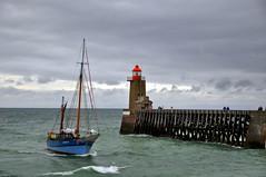 Faro con velero (cudipeich) Tags: normandy francia acantilados fcamp normanda