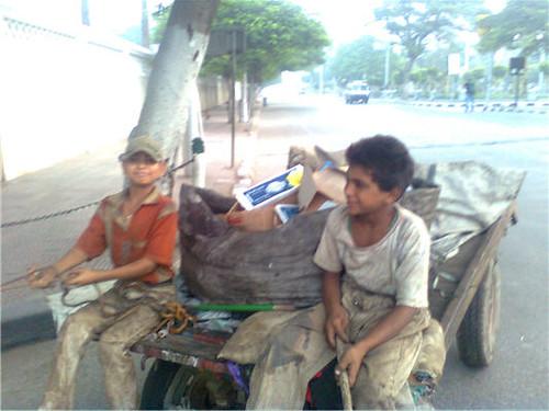 طفلان يعملان في جمع القمامة