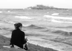 Disegni all'alba.. v1.1 (Simone Sapienza) Tags: sea summer bw italy sun white black beach girl canon reflex italia mare estate sicily sole spiaggia sicilia ragazza solitudine simonesapienza