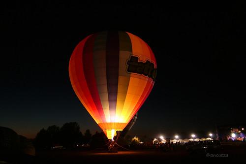 Mongolfiera illuminata di notte al festival Ferrara Balloons