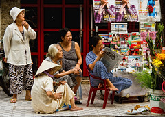 Cinq dames sur un trottoir (gilmarcil) Tags: ladies woman lady reading women femme newspapers talk streetscene vietnam read sidewalk chi ho talking dame rue minh saigon gilles trottoir lire hochiminh journaux marcil scène parler