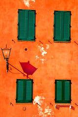 Four (or five?) of diamonds (stedef) Tags: italy orange muro window lamp wall italia finestra tuscany siena toscana arancione lampione platinumheartaward oltusfotos flickraward5