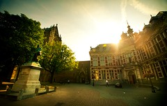 Morning light @ Domplein, Academiegebouw, Utrecht, The Netherlands (lambertwm) Tags: light holland statue backlight sunrise licht university utrecht thenetherlands wideangle lensflare flare backlit academiegebouw universiteit standbeeld domplein domsquare tegenlicht againstthelight zonsopkomst groothoek graafjanvannassau dxonfx tamron1024
