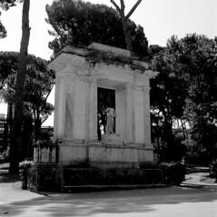 (einheit) Tags: park bw italy parco rome roma film italia kodak tmax bn 100asa villaborghese yashicamat124g vuescan scanfromfilm yashinon80mmf35 rodinalr09oneshot 1501220c kodak1tmax00
