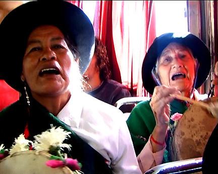 María Ramos y Elba Cáceres, integrantes de la CUADRILLA DE CAJAS Y ERQUENCHOS DE 1800
