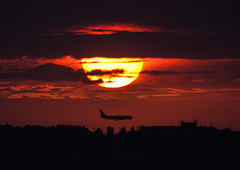 EL AL Boeing 737 (4X-EKS) sunset arrival (PictureJohn64) Tags: sunset sun netherlands amsterdam plane airplane flying airport nikon aircraft aviation sigma apo commercial boeing arrival airways dslr airlines schiphol airliner 737 aviones aerodrome elal flugzeuge eham b737 d60 spotter kaagbaan 150500mm alltypesoftransport 4xeks picturejohn ely339