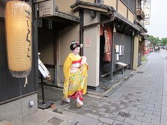 Maiko, Tsuruha , at Gion in Kyoto, Japan:  (Conveyor belt sushi) Tags: pink red orange woman white cute green colors girl beautiful beauty yellow japan asian real japanese gold kyoto traditional young exotic maiko geiko geisha kawaii  belle   nippon kimono gion  japon giappone nihon 2010   japao japons      japanisch  kanzashi japonaise        japanishe tsuruha