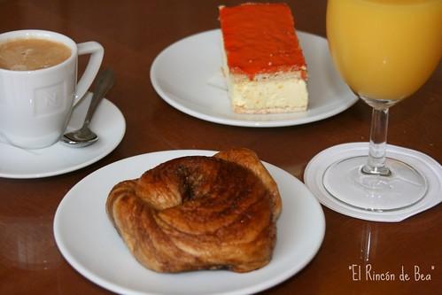 Mi desayuno favorito, yo Zeeuwse Boulen con zumo, y Antonio Tompouce con café