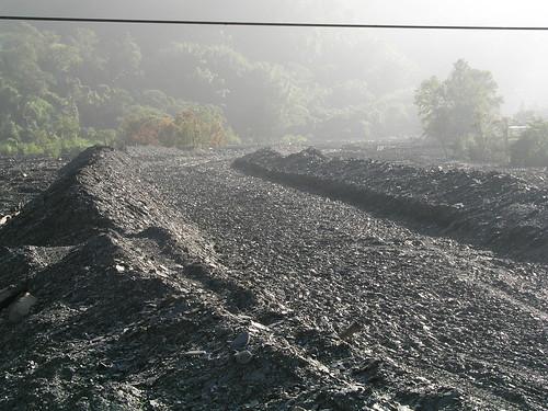曲冰部落的河床上堆滿了上游沖刷下來的頁岩 (攝於97年11月)