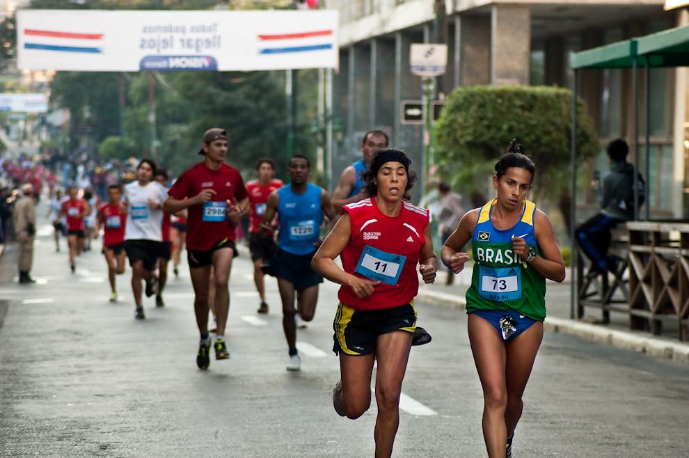 Janete Barbosa y Leone Justino Da Silva van codo a codo sobre la Calle Palma en la primera vuelta por el Microcentro. (Elton Núñez - Asunción, Paraguay)