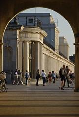 Les colonnades derrière l'arche le soir (Ostend)