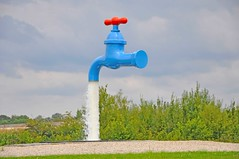 Tap (nigeltriharder) Tags: blue sculpture water fun funny wasser catchycolours belgium roundabout ieper tap waterfeature feature ypres howdidtheydothat