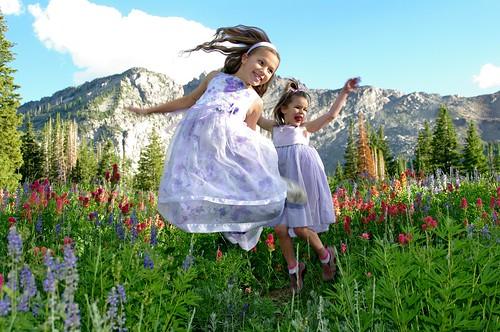 フリー写真素材, 人物, 子供, 少女・女の子, 兄弟・姉妹, 跳ぶ・ジャンプ, アメリカ人,
