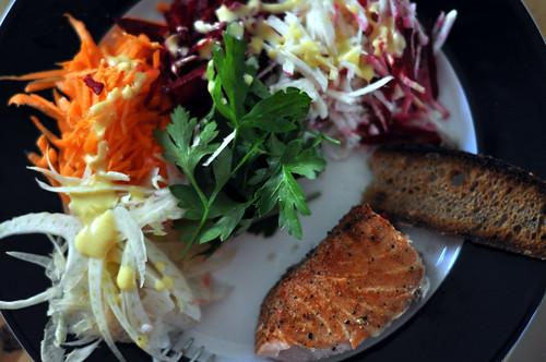 Varmrøget laks, fennikel, gulerod, rødbede, selleri, persille og ristet brød