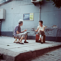 Women, Beiguanfang Hutong, Houhai, Xicheng district, Beijing, China - July (?) 2010 (Lumire en juin) Tags: china 120 6x6 tlr mediumformat women sitting kodak chinese beijing talk 124g  discussion hutong  stool yashica houhai peking chine    pkin pechino  pequim   ektar100