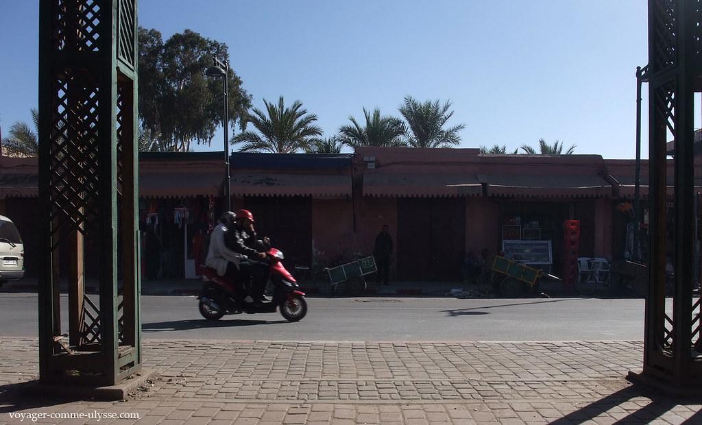 Un homme et sa femme sur un scooter…