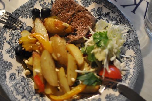 Bøf med kartofler og salat