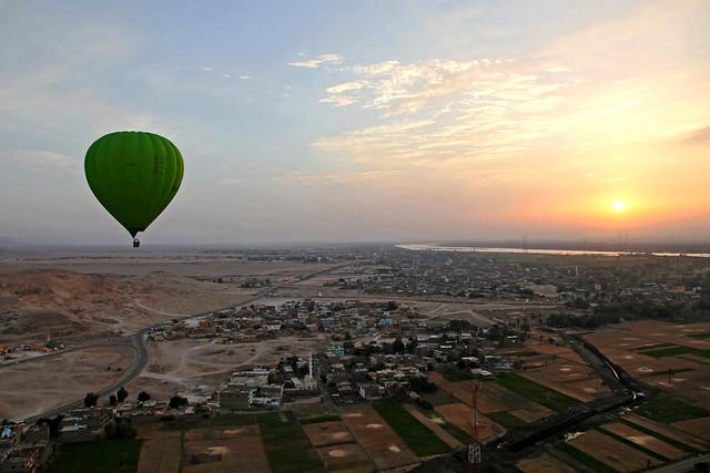 エジプト旅行 ルクソール西岸上空から見た朝日とナイル川