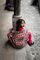 Impactante mirada de Niña indigena en mercado Chichicastenango, Guatemala (Sebhue) Tags: sincretismo mayas maya chichicastenango guatemala mercadoindigena