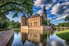eine Burg aus alten Zeiten - Burg Gemen II - in Farbe (gabrieleskwar) Tags: outdoor burg gemen farbe wasser wolken wasserschloss bäume