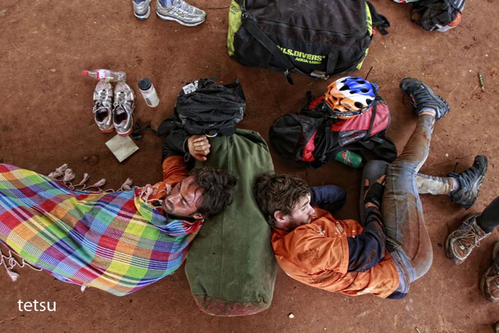 Participantes aprovechan el tiempo muerto de 2 horas en la Municipalidad de Cedrales para recuperar energía y continuar la carrera. (Tetsu Espósito - Cedrales, Paraguay)