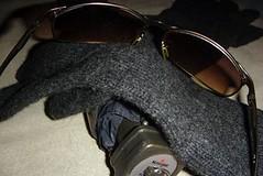 3 Freunde April (kallehd) Tags: april sonnenbrille wetter handschuhe regenschirm