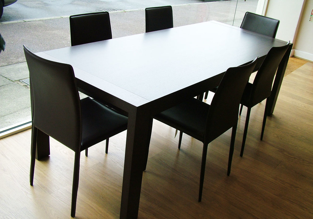 Lula dining table
