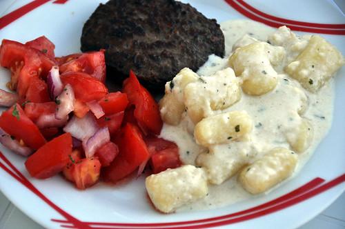 Hakkebøf, tomatsalat, gnocchi og fire slags ost