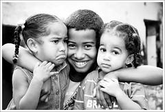 amizade.sem.interesse (furta-cor [alessandri adriano]) Tags: portrait canon sony paz childrens amizade criança tamron 90mm f28 a100 50d