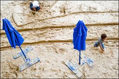 Enfants au parasol (Fabrice Paulmier) Tags: sable parasol parisplage