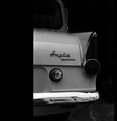 FORD ANGLIA DELUXE. (Noisy Paradise) Tags: leica bw film monochrome car epson 100 ttl summilux m6 50mmf14 fomapan  lhsa fordangliadeluxe v750m gtx970 leicasummilux50mm noisyparadise 2010724