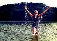 [フリー画像] 人物, 女性, 湖・池, アメリカ人, 201008122100