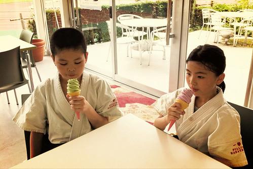 子供たち稽古後、汗だくでソフトクリーム